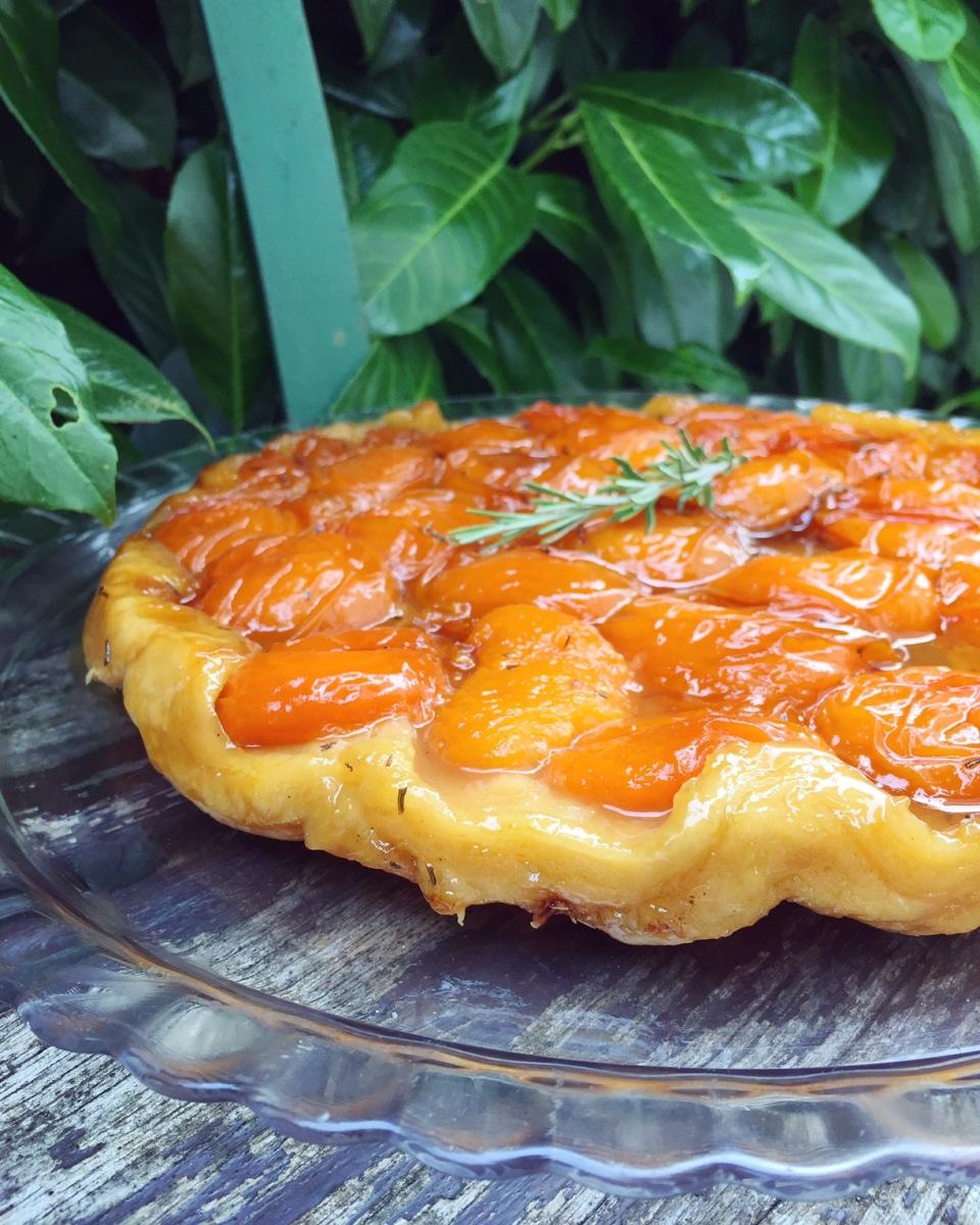 Tarte Tatin aux abricots et romarin, caramel beurre salé